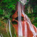 【群馬県】【秘境】嫗仙の滝~赤い岩肌、ぽっかり開いた2つの穴がある秘瀑