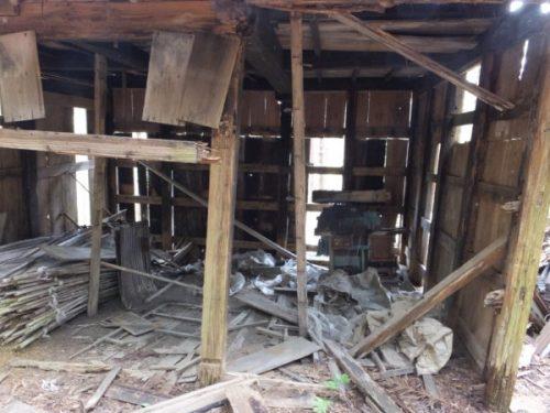 林業用廃屋入口