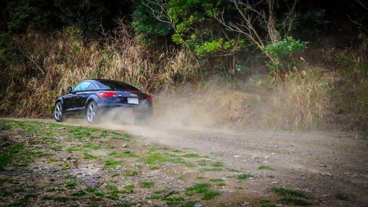 アウディTTでダートを走る!スポーツカーでダートを走るとき、気を付けるポイントとは?