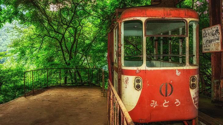 【東京都】【廃墟】湖岸に佇む廃索道、奥多摩湖ロープウェイ三頭山駅跡