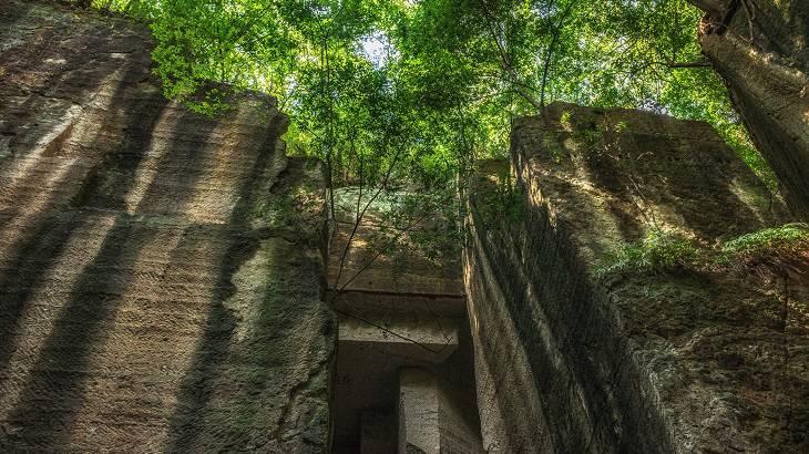 【群馬県】【秘境】神秘的な巨大遺跡!太田藪塚石切場